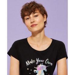 T-shirt z holograficznym nadrukiem - Czarny. Czarne t-shirty damskie House, z nadrukiem. W wyprzedaży za 15.99 zł.