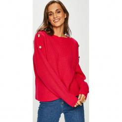 Guess Jeans - Sweter. Czerwone swetry damskie Guess Jeans, z bawełny, z dekoltem w łódkę. Za 399.90 zł.