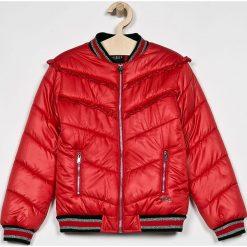 Guess Jeans - Kurtka dziecięca 125-175 cm. Czerwone kurtki i płaszcze dla dziewczynek Guess Jeans, z jeansu. W wyprzedaży za 299.90 zł.