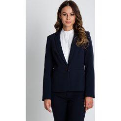 Granatowy żakiet z baskinką BIALCON. Niebieskie żakiety damskie BIALCON, biznesowe. W wyprzedaży za 244.00 zł.