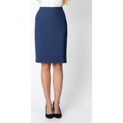 Granatowa ołówkowa spódnica QUIOSQUE. Niebieskie spódnice damskie QUIOSQUE, z tkaniny, biznesowe. W wyprzedaży za 99.99 zł.