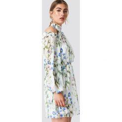 Trendyol Sukienka w kwiaty z wycięciami na ramionach - Multicolor. Szare sukienki damskie Trendyol, w kwiaty, z tkaniny, z dekoltem na plecach. Za 242.95 zł.