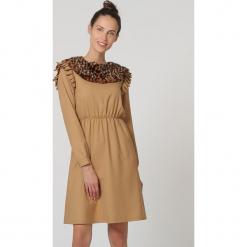 Sukienka w kolorze jasnobrązowym. Brązowe sukienki damskie TrakaBarraka, z motywem zwierzęcym, z okrągłym kołnierzem, z długim rękawem. W wyprzedaży za 129.95 zł.