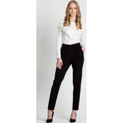 Eleganckie czarne spodnie z wysokim stanem BIALCON. Czarne spodnie materiałowe damskie BIALCON. W wyprzedaży za 125.00 zł.