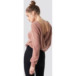 NA-KD Trend Dzianinowy sweter z kopertowym tyłem - Pink. Różowe swetry damskie NA-KD Trend, z dzianiny, z kopertowym dekoltem. Za 121.95 zł.
