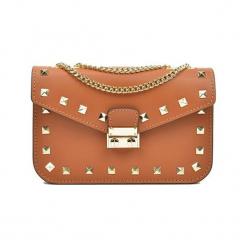 Skórzana torebka w kolorze koniaku - (S)22 x (W)15 x (G)7 cm. Brązowe torby na ramię damskie Akcesoria na sylwestrową noc. W wyprzedaży za 209.95 zł.
