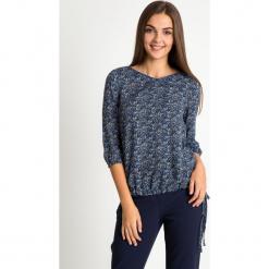 Granatowa bluzka bombka ze wzorem QUIOSQUE. Niebieskie bluzki damskie QUIOSQUE, z jeansu, biznesowe, z długim rękawem. W wyprzedaży za 99.99 zł.
