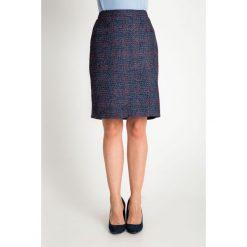 Granatowa spódnica z czerwoną nitką QUIOSQUE. Czerwone spódnice damskie QUIOSQUE, na jesień, z materiału, klasyczne. Za 149.99 zł.