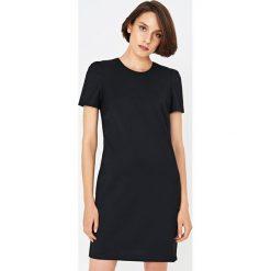Simple - Sukienka. Czarne sukienki damskie Simple, z acetatu, eleganckie, z okrągłym kołnierzem, z krótkim rękawem. Za 679.90 zł.