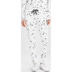 Juvia STAR JOGGER Spodnie treningowe white. Spodnie sportowe damskie Juvia, z bawełny. Za 539.00 zł.