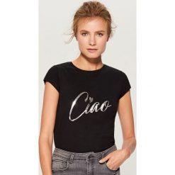 Koszulka z połyskującym nadrukiem - Czarny. Czarne t-shirty damskie Mohito, z nadrukiem. Za 29.99 zł.
