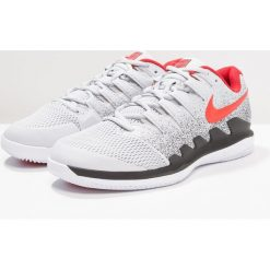 Nike Performance AIR ZOOM VAPOR X HC Obuwie multicourt pure platinum/habanero red/black. Trekkingi męskie Nike Performance, z gumy, outdoorowe. Za 589.00 zł.