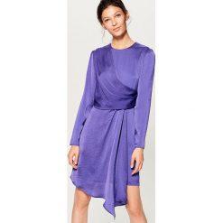 Kopertowa sukienka z satynowym połyskiem - Fioletowy. Fioletowe sukienki damskie Mohito, z satyny, z kopertowym dekoltem. W wyprzedaży za 99.99 zł.