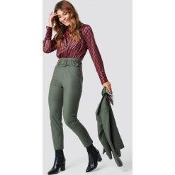 NA-KD Classic Spodnie z wysokim stanem i paskiem - Green. Zielone spodnie materiałowe damskie NA-KD Classic, z haftami. Za 161.95 zł.