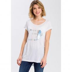 Koszulka w kolorze białym. Białe t-shirty damskie Cross Jeans, z wiskozy, z okrągłym kołnierzem. W wyprzedaży za 36.95 zł.