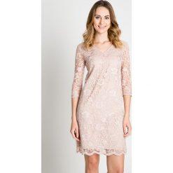 Koronkowa sukienka w kolorze pudrowym BIALCON. Czerwone sukienki damskie BIALCON, na lato, w koronkowe wzory, z koronki, eleganckie, z dekoltem w serek. Za 329.00 zł.