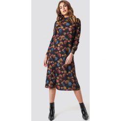 NA-KD Sukienka midi ze stójką - Multicolor. Czarne sukienki damskie NA-KD, ze stójką, z długim rękawem. Za 121.95 zł.