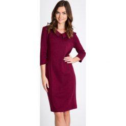 Bordowa sukienka z rękawem 3/4 QUIOSQUE. Czerwone sukienki damskie QUIOSQUE, z dzianiny, biznesowe. W wyprzedaży za 139.99 zł.
