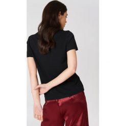 NA-KD T-shirt z haftowaną różą na piersi - Black. Czarne t-shirty damskie NA-KD, z haftami, z bawełny. Za 40.95 zł.