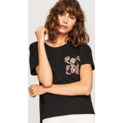 T-shirt z imitacją kieszonki - Czarny. Czarne t-shirty damskie Reserved. Za 39.99 zł.
