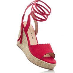 Sandały na koturnie bonprix czerwony. Sandały damskie marki bonprix. Za 59.99 zł.