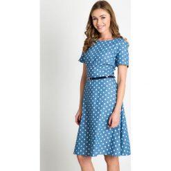 Błękitna rozkloszowana sukienka w groszki QUIOSQUE. Niebieskie sukienki damskie QUIOSQUE, w grochy, z tkaniny, z dekoltem na plecach, z krótkim rękawem. W wyprzedaży za 79.99 zł.