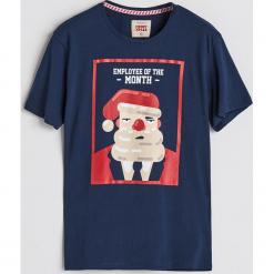 T-shirt ze świątecznym nadrukiem - Granatowy. Niebieskie t-shirty męskie Reserved, z nadrukiem. Za 39.99 zł.
