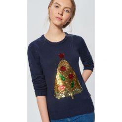 Świąteczny sweter z cekinową aplikacją - Granatowy. Niebieskie swetry damskie Cropp. Za 89.99 zł.