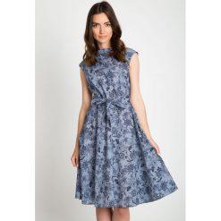 Niebieska rozkloszowana sukienka w kwiaty QUIOSQUE. Niebieskie sukienki dla dziewczynek QUIOSQUE, w kwiaty, bez rękawów. W wyprzedaży za 109.99 zł.