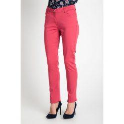 Elastyczne różowe spodnie  QUIOSQUE. Czerwone spodnie materiałowe damskie QUIOSQUE, w paski, z bawełny. W wyprzedaży za 59.99 zł.