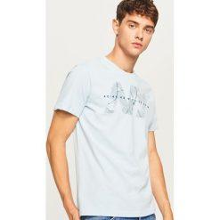 T-shirt z nadrukiem - Niebieski. Niebieskie t-shirty męskie Reserved, z nadrukiem. Za 39.99 zł.