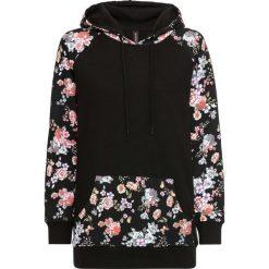 Bluza z kapturem bonprix czarny w kwiaty. Czarne bluzy damskie bonprix, w kwiaty. Za 74.99 zł.