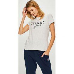 Tommy Jeans - Top. Szare topy damskie Tommy Jeans, z nadrukiem, z bawełny, z okrągłym kołnierzem, z krótkim rękawem. Za 119.90 zł.