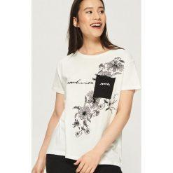 T-shirt z kontrastową kieszenią - Kremowy. Białe t-shirty damskie Sinsay, z kontrastowym kołnierzykiem. W wyprzedaży za 14.99 zł.