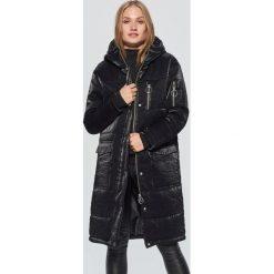Pikowany płaszcz z błyszczącej tkaniny - Czarny. Płaszcze damskie marki FOUGANZA. W wyprzedaży za 129.99 zł.