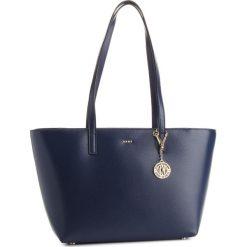 Torebka DKNY - R74A3014 Navy NVY. Niebieskie torebki do ręki damskie DKNY, ze skóry. Za 889.00 zł.