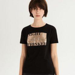 T-shirt ze złocistym nadrukiem - Czarny. Czarne t-shirty damskie Sinsay, z nadrukiem. Za 24.99 zł.