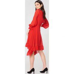 NA-KD Boho Sukienka z falbanką - Red. Sukienki damskie NA-KD Trend, z falbankami, z długim rękawem. W wyprzedaży za 101.48 zł.