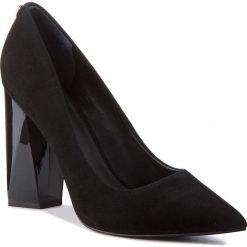 Półbuty GUESS - FLODE4 SUE08 BLACK. Czarne półbuty damskie Guess, w geometryczne wzory, ze skóry. Za 669.00 zł.