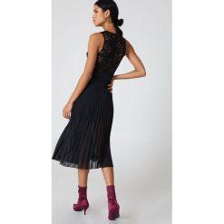 NA-KD Party Sukienka plisowana z głębokim dekoltem - Black. Sukienki damskie NA-KD, w koronkowe wzory, z koronki, z kopertowym dekoltem. Za 121.95 zł.