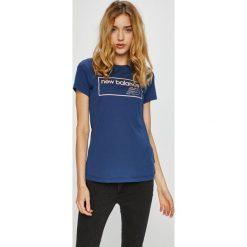 New Balance - Top. Szare topy damskie New Balance, z nadrukiem, z bawełny, z okrągłym kołnierzem, z krótkim rękawem. Za 119.90 zł.