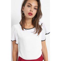 Koszulka z ozdobnymi lamówkami. Białe bluzki damskie Orsay, z dzianiny, z dekoltem na plecach. W wyprzedaży za 55.00 zł.