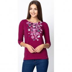 Wiśniowa bluzka w pasy z kwiatami QUIOSQUE. Różowe bluzki damskie QUIOSQUE, z nadrukiem, z bawełny, biznesowe, z dekoltem w łódkę. W wyprzedaży za 59.99 zł.