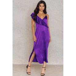 NA-KD Party Asymetryczna sukienka bieliźniana midi z falbanką - Purple. Sukienki damskie NA-KD Trend, z wiskozy, z asymetrycznym kołnierzem. Za 40.95 zł.