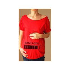 Czerwony ciążowy oversize tshirt proszę czekać. Czerwone t-shirty damskie One mug a day, z nadrukiem, z bawełny. Za 89.00 zł.