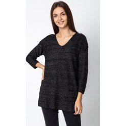 Czarny luźny błyszczący sweter QUIOSQUE. Czarne swetry damskie QUIOSQUE, z dekoltem w serek. W wyprzedaży za 119.99 zł.