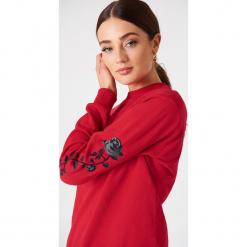 NA-KD Bluza z wyszywanymi różami na rękawach - Red. Czerwone bluzy damskie NA-KD. Za 133.95 zł.