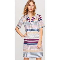 Sukienka we wzory - Wielobarwn. Szare sukienki damskie Reserved. W wyprzedaży za 99.99 zł.