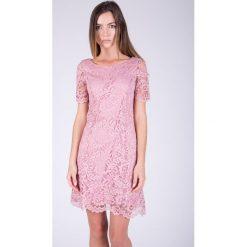 Pudrowa koronkowa sukienka  QUIOSQUE. Czerwone sukienki damskie QUIOSQUE, w koronkowe wzory, z dzianiny, eleganckie, z krótkim rękawem. W wyprzedaży za 79.99 zł.