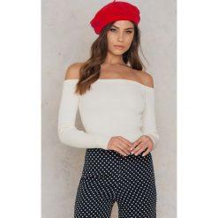 NA-KD Sweter z odkrytymi ramionami - White. Białe swetry damskie NA-KD, z dzianiny. W wyprzedaży za 85.17 zł.